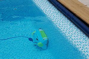 så rengör du din pool enkelt genom att dammsuga din swimmingpool